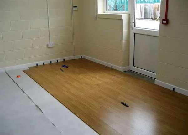 Укладка ламината вдоль или поперек комнаты